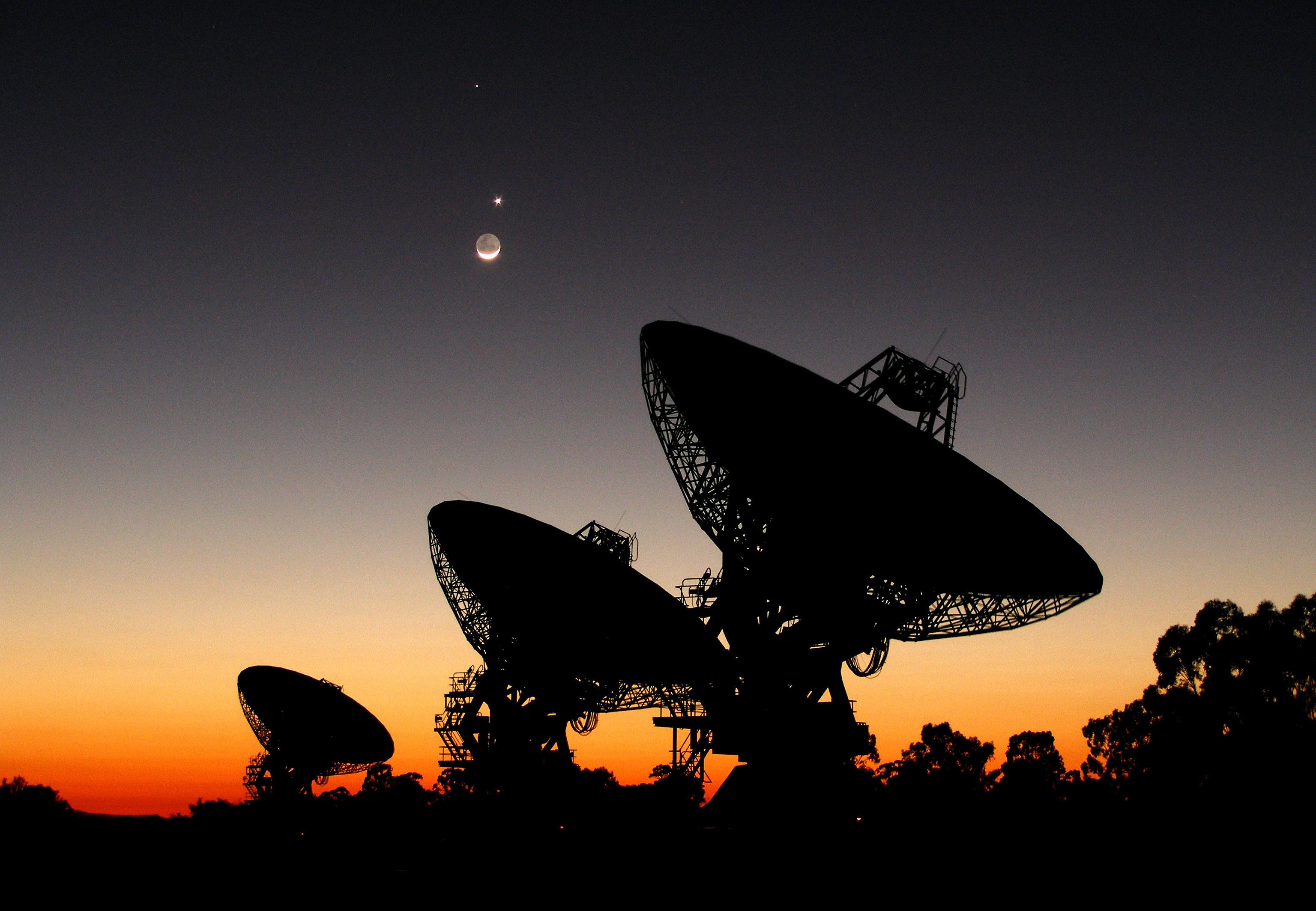 Radiotelescópios. As ondas de rádio são uma forma de radiação electromagnética, descrita pelas equações de Maxwell, que estão intimamente relacionadas com o teorema da divergência e o teorema de Stokes.