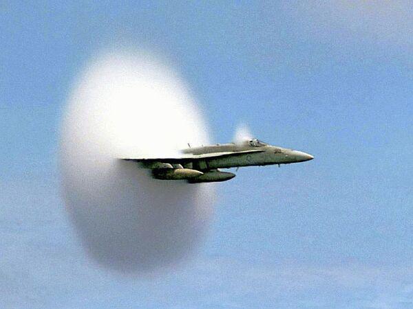 Caça F18 em vôo supersónico. O fluxo de ar ao longo da fuselagem é descrito pelas equações de Navier-Stokes compressíveis, cuja formulação requer cálculo vectorial.