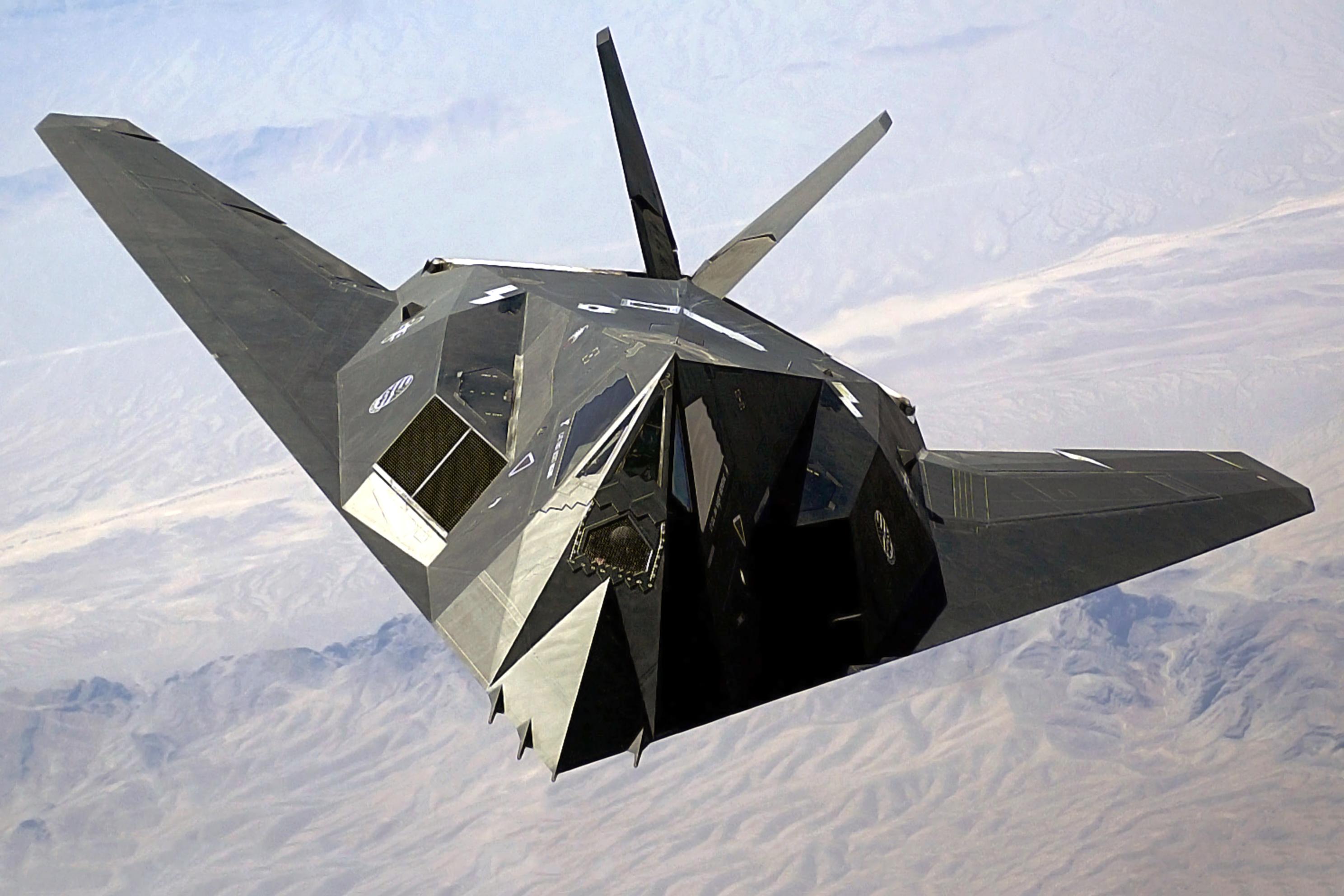 Lockheed F-117 Nighthawk, o primeiro avião invisível. A sua forma característica foi obtida resolvendo as equações de Maxwell (que envolvem a divergência e o o rotacional do campo elétrico e do campo magnético) para uma onda plana incidindo numa estrutura multifacetada, de forma a minimizar o eco de radar.